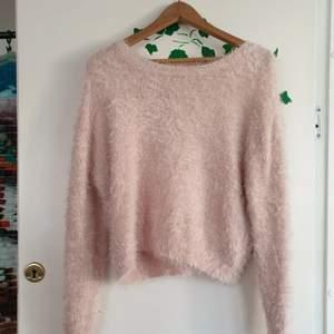 Mysig fluffig rosa tröja utan storleksmarkering men passar som S!