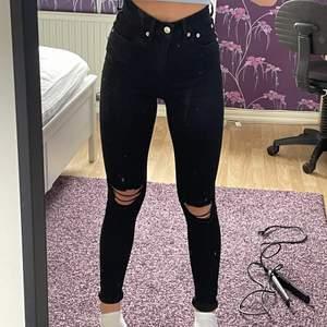 Ett par supersnygga svarta jeans med hål på knäna. Storlek xs.☺️Använda Max 2 gånger och i super fint skick.