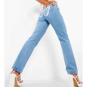 Suuuper söta jeans med fjäril där bak. Aldrig använda, kvar i förpackning med lapparna kvar. Säljer då jag köpte fler storlekar. Strl 34🦋🌸 slutsålda online