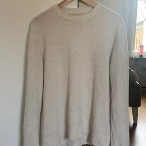 As mysig och fet stickad tröja. Materaliet är bekvämt och sticks inte. Tröjan är mycket sparsamt använd!