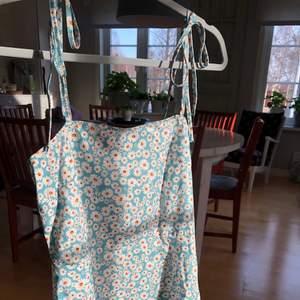Supersöt blommig klänning, helt oanvänd💕 Köparen står för frakten som kan variera mellan 48-72kr! (Konstigt ljus på sista bilden)