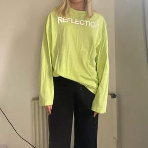 Neongrön långarmat tröja köpt från Carlings för nått år sedan. Texten är i reflex vilket är en cool och annorlunda detalj! Sjukt fint skick och perfekt till i sommar när man är brun!😌  köparen står för frakten!!💗💗
