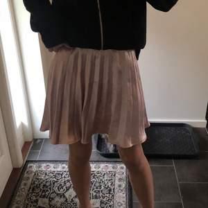 Så söt rosa kjol i satin, ljusare i verkligheten