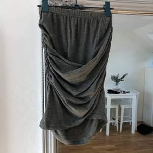 Grå kjol i storlek S. Fint skick och inget speciellt att anmärka på. 55% bomull/45% polyester. 80kr + frakt 45kr.