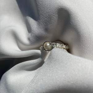 Flätad ring med sötvattenspärla! Superfin ring där du kan välja mellan guldfärgad- och försilvrad koppartråd samt vilken färg pärlor som ska vara inflätade ska vara😋😋 Observera att färg och form varierar på sötvattenspärlan. Frakt: 15kr