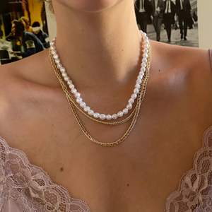 Gulligt halsband med pärlor och kedjor🤍 (inte äkta pärlor och inte äkta guld)