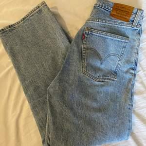 Säljer dessa levi's jeans som tyvärr har blivit lite för stora för mig :(💕 Modellen heter ribcage straight och är i storlek 29. Köpta från carlings för 1149 kr, säljer för 500+frakt!!