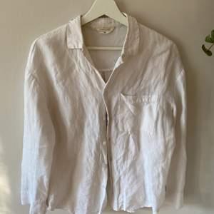 Linneskjorta från australien. Något missfärgad i halsen men syns inte när man har den på sig. Storlek S