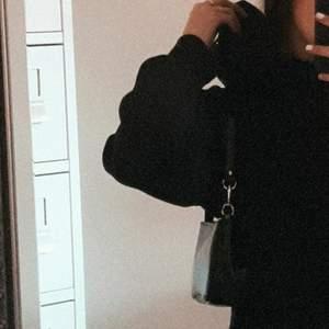 Svart hoodie klänning, från H&M. Oversized med luva och ficka fram. Storlek S men välldigt oversized.