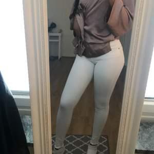 Fräscha vita jeans från dr.denim som sitter fint, är 184 lång så de går att klippa av ifall du är kortare🥰