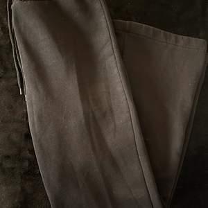Svarta mjukisbyxor med högmidja. Tvättade 2 gånger. Säljer för att den aldrig kom till användning. Stl. M. Buda för hur mycket du vill köpa den för