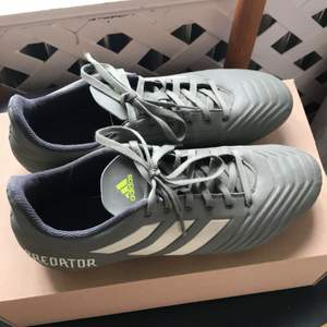 Adidas predator 19.4 fxg i storlek 42 och köpare står för frakt, knappast använda. English: Adidas predator 19.4 fxg soccer shoes in size 42 and buyer pays for shipping, condition like new.