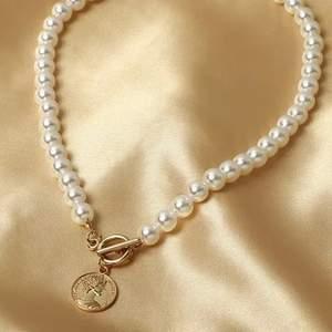 Lovely and stylish flux pearl pendant. Perfect accessory for a classic or cute look. Helt nya, 60kr/st, Frakt 15kr. Kan hämtas I vetlanda eller fraktas. Jag skickar bild på paketet innan jag posta. I LAGER- 10/30 ST KVAR ‼️