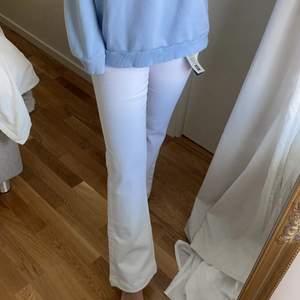 Superfina, helt oanvända jeans, lappen kvar. Låga & vida längst ner, strl 27