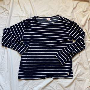 Marinblå och vitrandig långärmad tröja i frottématerial. Strolek L- inköpt på Grandpa.