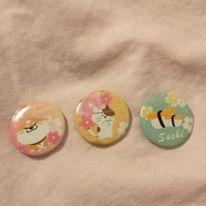 Tre stycken söta små pins 💕🌸 Den första föreställer en shiba omu hund🐕, den andra en katt och den tredje sushi 🍣! De har alla sakura blommor på sig 🌸❤️