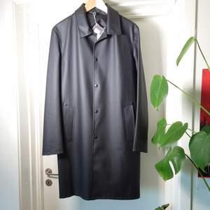 En svart regnkappa från Stutterheim i klassisk modell. Den är helt ny och oanvänd med prislapparna kvar. Har kostat 2695kr. Alltså mindre än halva priset. Storlek M, funkar även på S🌻