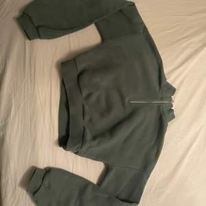 En grön magtröja från Nelly som knappt är använd, säljer den för den inte kommer till användning. Storlek XS. Köparen står för frakt