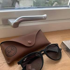 Ett par helt oanvända Rayban solglasögon i modellen Erika. Dom är svarta med ett tillhörande brunt fodral. Jag köpte dom på Synsam för cirka 1 600kr, jag säljer dom för 300 kr. Solglasögonen är i hur fint skick som helst då dom inte är använda!✨⚡️💓