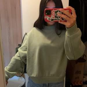 Snygg sweatshirt från weekday i storlek XS. I världens finaste gröna färg kommer ej till användning för mig. Super snygg till en kjol och tights! Skriv om du har frågor❤️