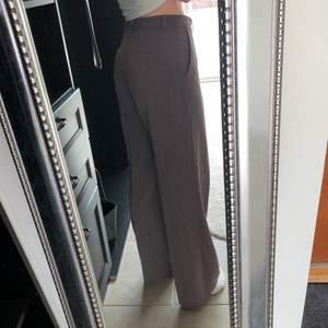 Säljer dessa brun/lila kostymbyxor från en influencer kollektion hos nakd. De är i storlek 38 men de passar även mig som brukar ha 36 och går hela vägen ner till golvet på mig som är över 170cm lång. Endast använda ett fåtal gånger så i nyskick! Buda ifrån 250kr. Säljer ENDAST vid bra bud då det är väldigt fina kostymbyxor.