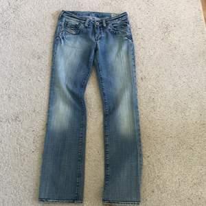 Raka lågmidjade jeans från diesel som tyvärr är för små. Står w 25 och L 32 men jag skulle uppskatta dem till något mindre. 250 kr inklusive frakt!