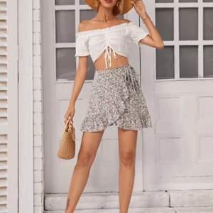 Säljer en hel ny kjol från SHEIN, storlek xs/s, DM för fler bilder🤩