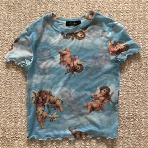 Väldigt fin mesh t-shirt ifrån Berska med änglar. I fint skick 👼🏼💙