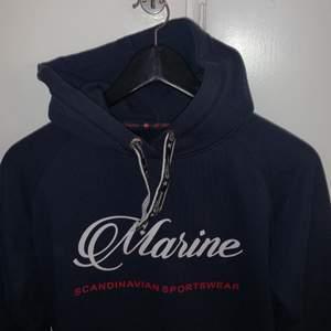 Marinblå hoodie. Passar ej längre tyvärr!! Storlek xs/32/34. Köpare står för frakten❤️