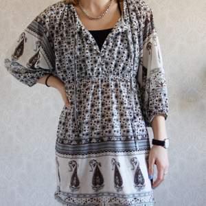 En söt somrig bohemisk klänning. Super skön. Fin ljusblå färg men lite bruna detaljer. Kolla på mina andra annonser så blir det kanske billigare med frakt 👏🏽