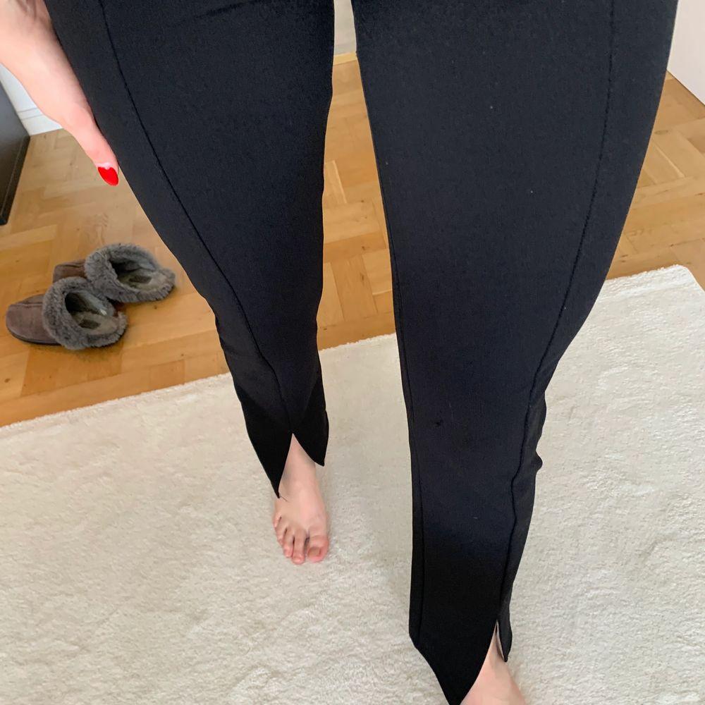 Sköna byxor från nelly med slits framtill, storlek xs men stora i storleken och stretchiga, 173 cm är jag. Inga fickor bak. Jeans & Byxor.