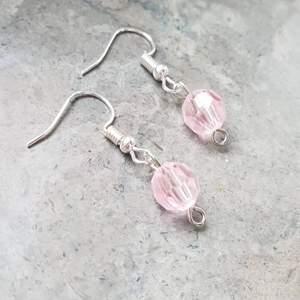 Örhängen med silvriga krokar och en rosa pärla som liknar en kristall. Handgjorda! Kolla in min instagram om du vill se mer bilder och fler örhängen: siris_orhangen