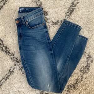Slim jeans från Lindex. Kommentera för frågor och skriv för fler bilder💕 Pris går alltid att diskutera men frakten ingår ej!🦋