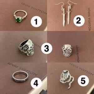 Säljer massor med smycken. Ringarna: 40 kr styck. (Ormringen är justerbar och passar alltså alla storlekar). Örhänge: 50 kr.( oanvända) Säljer kedjan med stjärnor på bild 2, 80 kr. Frakt tillkommer på 21 kr. Kan samfrakta flera smycken. Hör av er vid intresse och för mer information✨