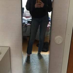 """Säljer dessa sjukt snygga jeans från Gina tricot i model """"LEAH"""" köpta här på plick. Säljer för 150kr+ frakt! Hör av er vid intresse, aldrig använda!💗  De är i stl 38 men sitter definitivt som en 36!:)"""