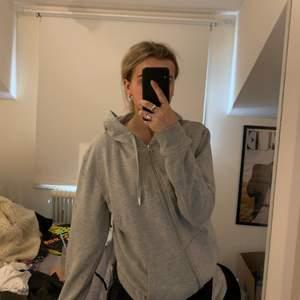 Säljer denna fina hoodie från the classy issue med tryck på ryggen😍😍😍😍så skön och snygg färg💓💓strl m