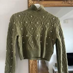 Croppad stickad tröja med polokrage från Zara! Endast använd en gång. Hör av er vid frågor💜