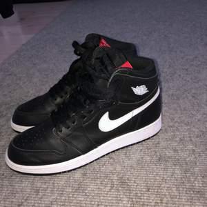 Tja säljer ett par Air Jordan 1 Retro high Ying Yang black (gs) size Us 6,5y/Eu39 Skick 8-9/10 lite använda och vårdade bra. Kan ksk gå ner i pris! Kan mötas och skickas.