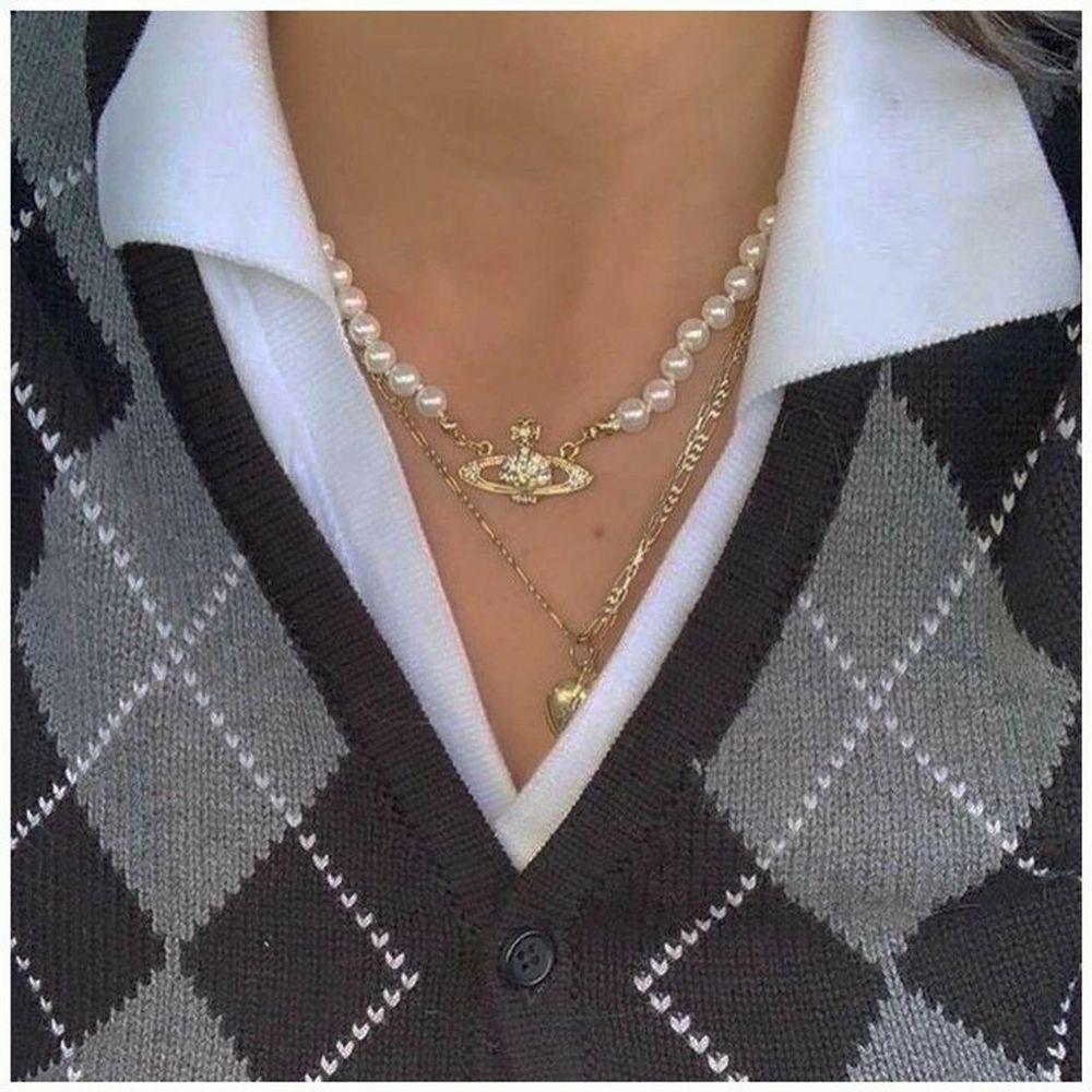 Restock på Pearl pendants, DE FINNS BARA EN I SILVER KVAR! , helt nya 60kr/ st. Finns i både gild och silver. Passar perfekt till ett vintage eller klassiskt outfit. Material; alloy, Frakt 15kr. Jag skickar bild på paketet innan jag posta.  Finns 0st guldiga, 1st silvriga KVAR! . ❌ 12st guldiga sålda, 12st silvriga sålda ❌ följ vår social media för uppdateringar på restock och nya produkter 🦋. Accessoarer.