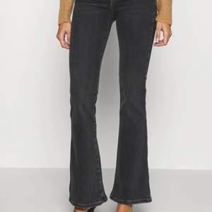 Par jättefina grå flare jeans, har bara använts ett par gånger