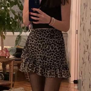 Intressekoll på min fina kjol på lindex, vet inte om dem säljs löngre då jag köpte den för flera år sen. Den är i storlek 134 och har inte gått upp så mycket vikt sen dess men jag har vanligtvis xxs-xs så skulle säga en liten xs. Den är sparsamt använd och finns inga tecken på skador. Passar bra i längden på mig som är 156 men större för mig i midjan.