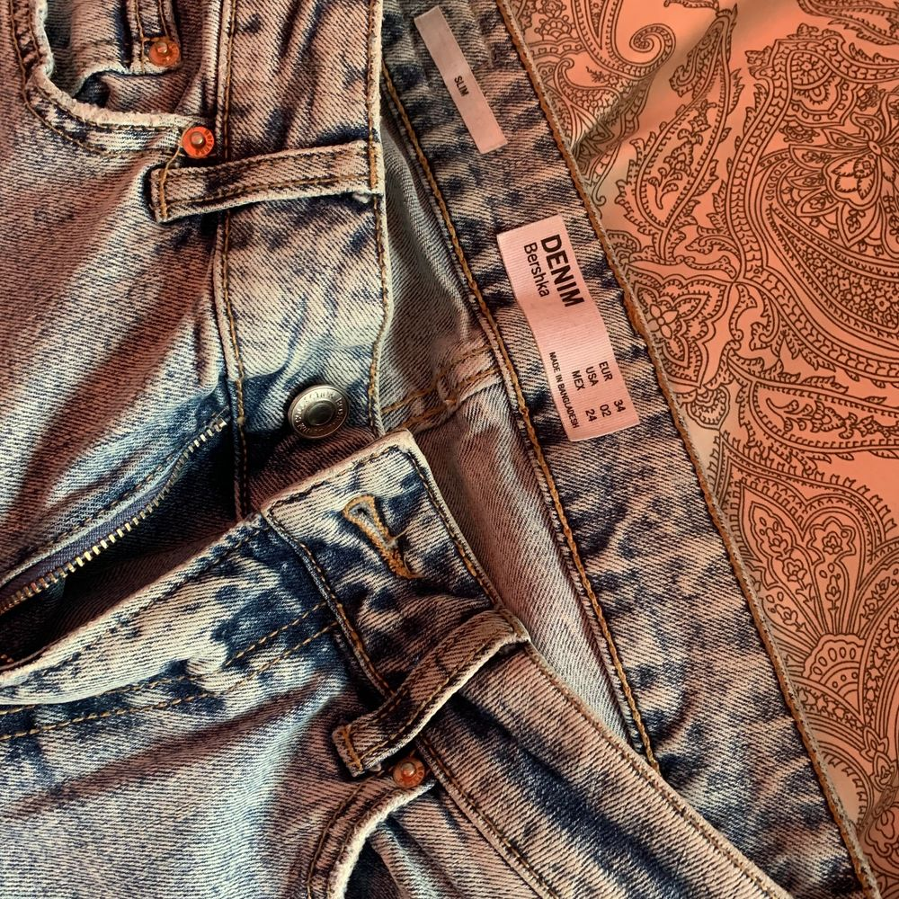 Ett par fina jeans men dock för små för mig sitter tajt vi rumpan så kan inte knäppa dom 🥰 kan mötas upp och även ksk frakta . Jeans & Byxor.