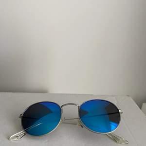 Säljer dessa tvärfeta solglasögon som knappt är använda. Fodral medföljer. Ord pris 499kr