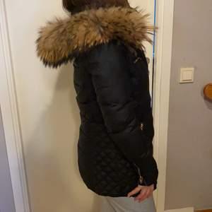 En väldigt ny och fin jacka som jag har haft ett tag men bara använt ett få par gånger, säljer den för 1500 i storlek 34 men kan sänka priset!🤍