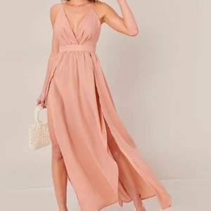 Jag säljer denna fina klänning som jag hade på mig på balen, endast använd EN gång❗️ De två första bilderna är lånad, men sista bilden är från mig. Jag är 150 cm lång och klänningen var ganska lång på mig, men på tredje bilden använde jag väldigt höga klackar✨  Jag köpte den på SHEIN och just nu är den helt slutsåld❗️ Hör av er om ni är intresserade, köparen står för frakten❤️