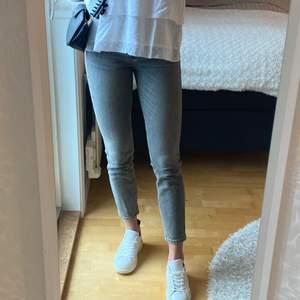Säljer mina supersnygga gråa slim jeans från Mango pga fel storlek. Endast använda ett fåtal gånger, är i nyskick. Storlek 32, något kortare (ankellängd). Köparen står för frakten!