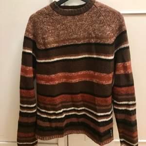 En riktigt mysig tröja för höstens kalla kvällar eller sommarnätterna 🌄✨  Stickat från Marc O'Polo rak modell med hög urringning i strl L  99kr exklusive frakt‼️   #stickat