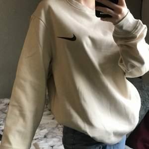Säljer denna beiga Nike sweatshirt i storlek M. Det är ingen budgivning utan man köper direkt för 280:- + 66 spårbar frakt! ❗️ Finns ingen lapp där bak så den är uppenbarligen inte äkta. Vid fler bilder eller liknande skriv privat
