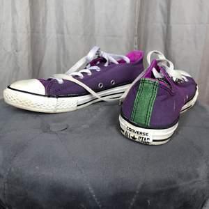 Äkta lila converse som är sparsamt använda i storlek 37,5. Inte min stil längre men super fina på någon annan. Priset är 200 + frakt eller mötas i Göteborg☺️