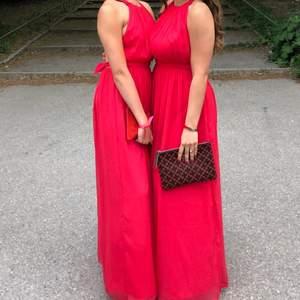 Röd balklänning med öppen rygg❤️💞💕använd en kväll, kom gärna med prisförslag, skulle säga att den passar 32-36